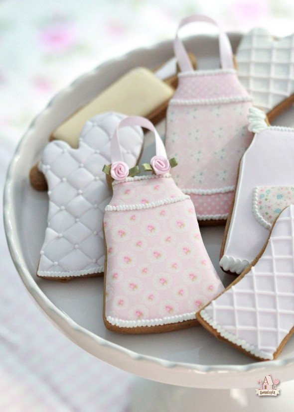 apron-and-oven-mitt-decorated-cookies-sweetopia-590x828