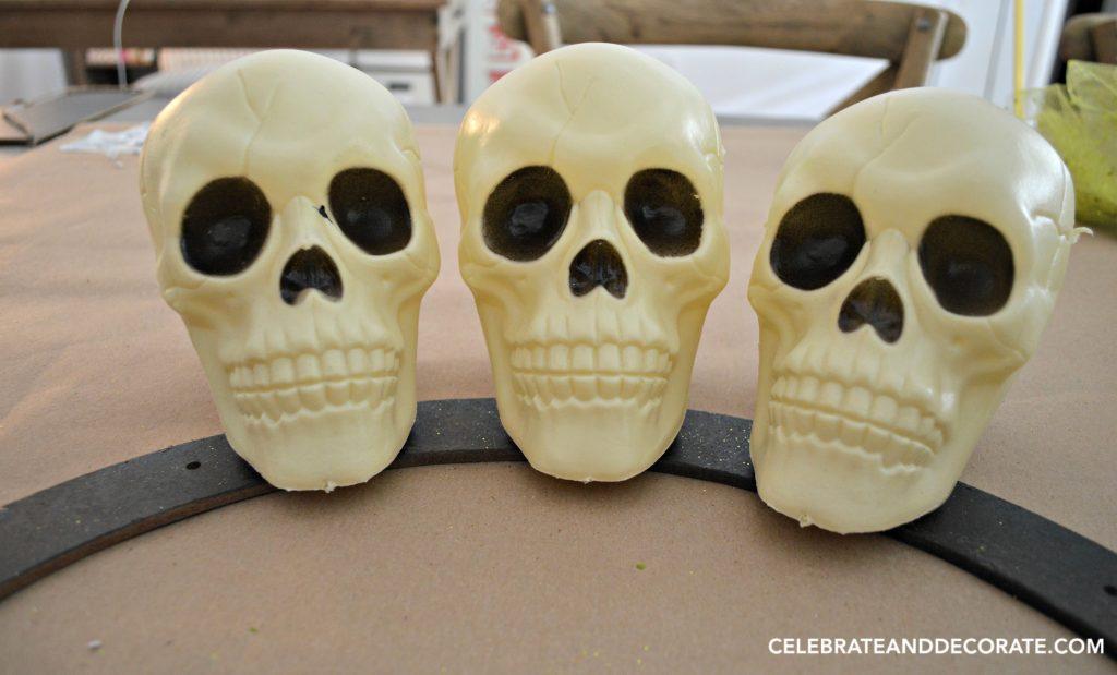 diy-dollar-store-skull-wreath-for-halloween